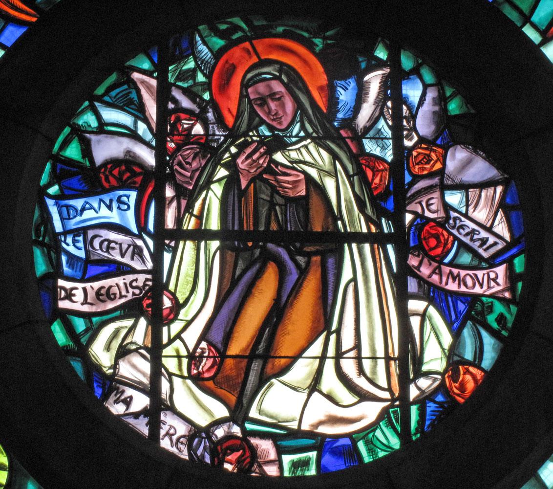 sainte-thérèse au centre de la rosace