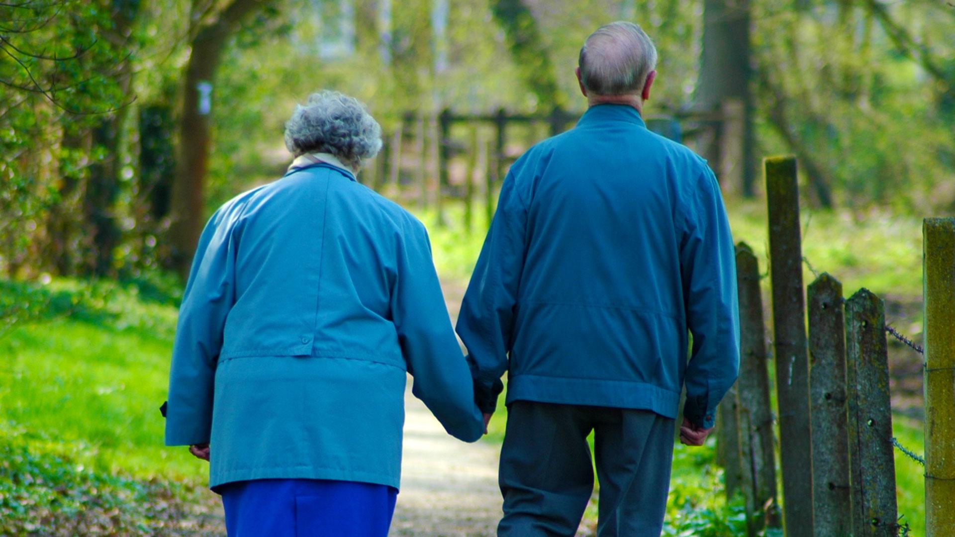 couple âgé marchant main dans la main